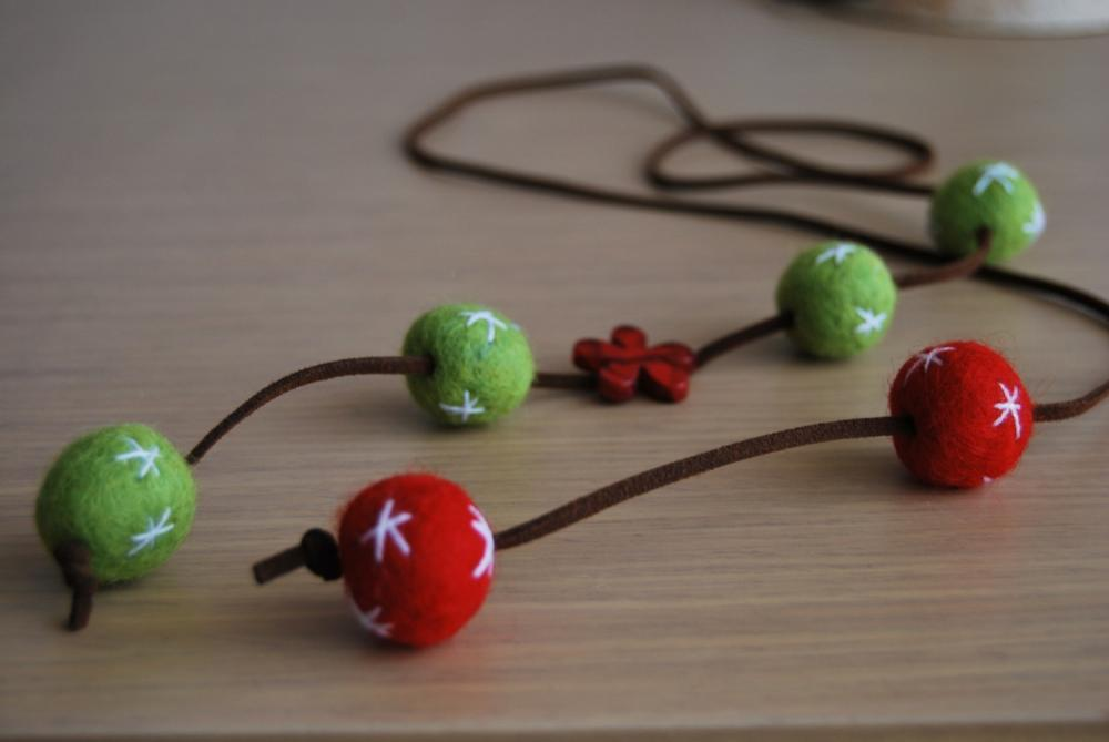 Felt necklace Original in red and green with a red flower by El rincón de la Pulga