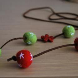 Felt necklace Original in red and green with a red flower by El rincón de la Pulga